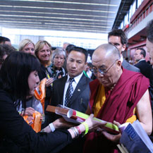 dalai-lama-receives-offering-by-carmen-mensink