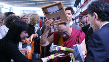 dalai-lama-receives-thangka-by-carmen-mensink