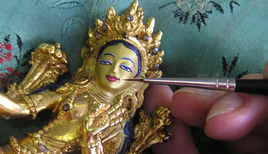The statue was first cleaned by Carmen and after that painted with the right colors and with real gold according to the Tibetan tradition.