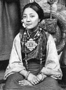 tibetan-woman-wearing-gau