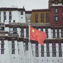 chinese-flag-in-front-of-potala